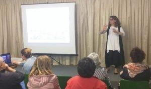 una persona sorda racconta la sua esperienza in lis ai presenti