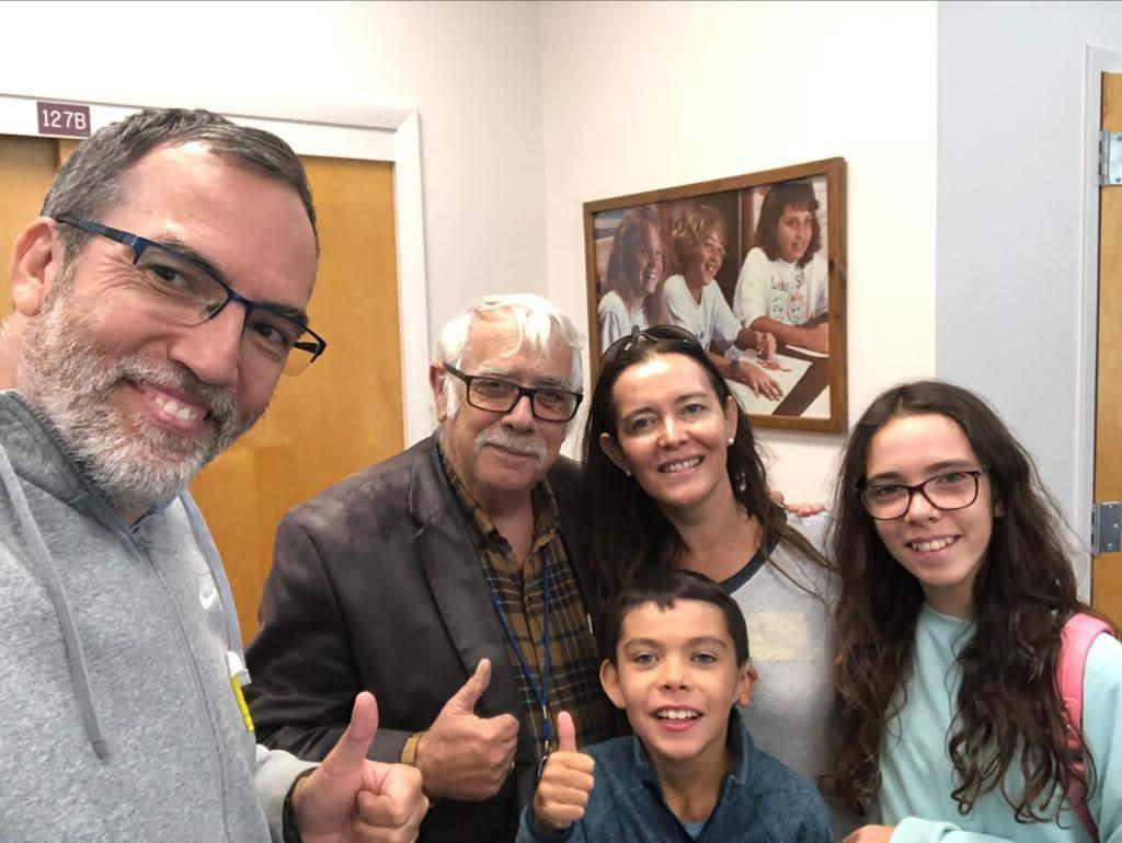 Veronica in posa con la famiglia nella scuola per sordi e ciechi del Florida